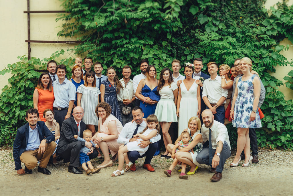 zdjęcia z gośćmi na ślubie