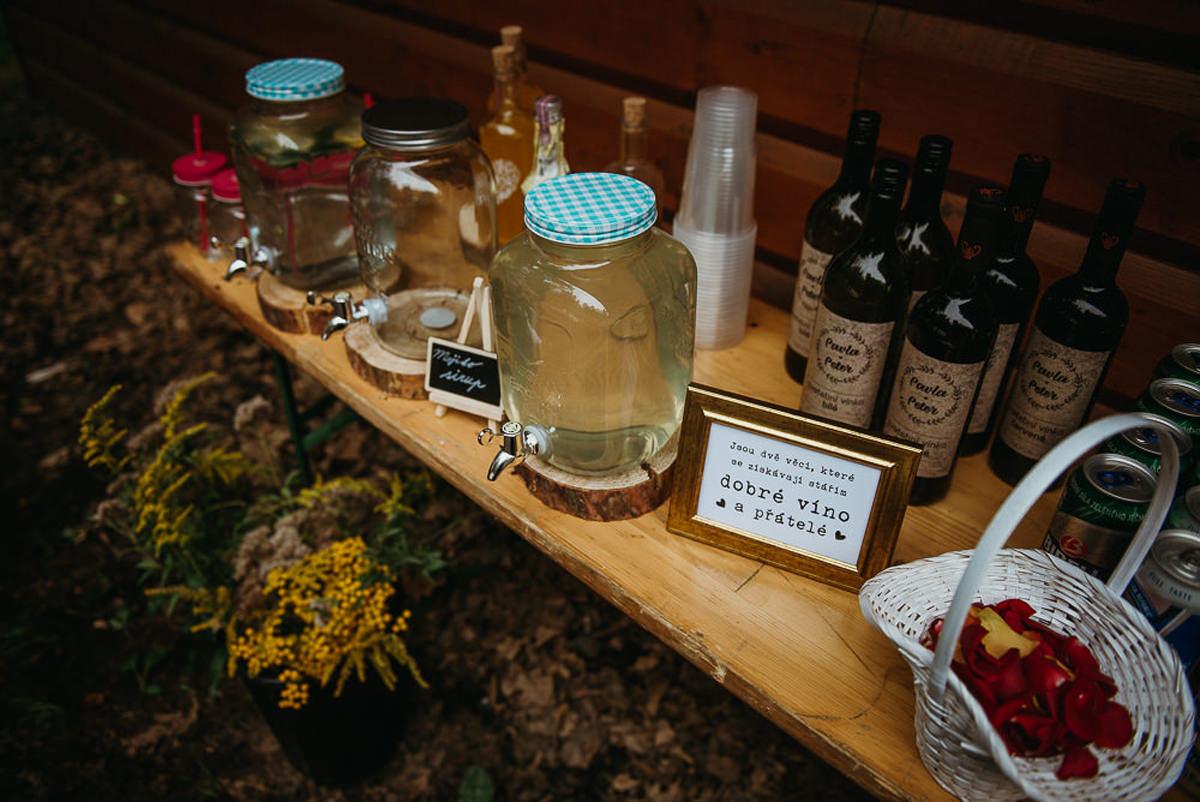 stół z alkoholem na weselu w plenerze