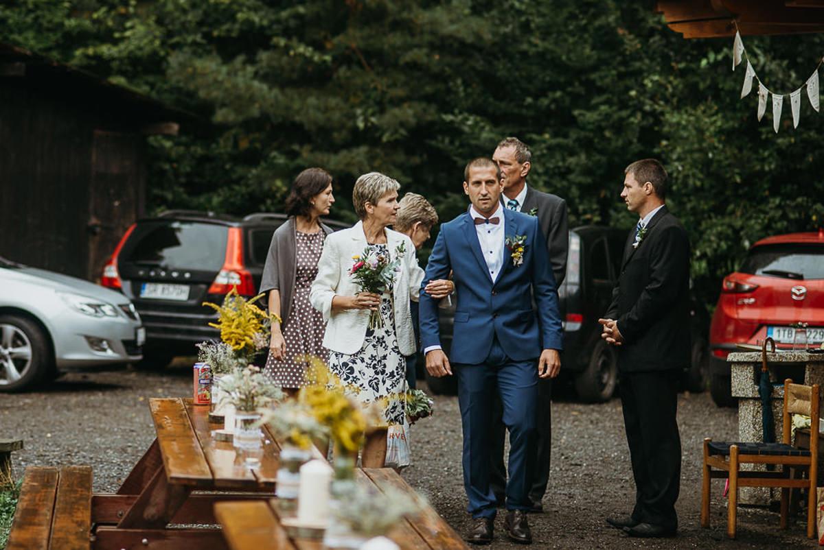 pan młody ślub w plenerze