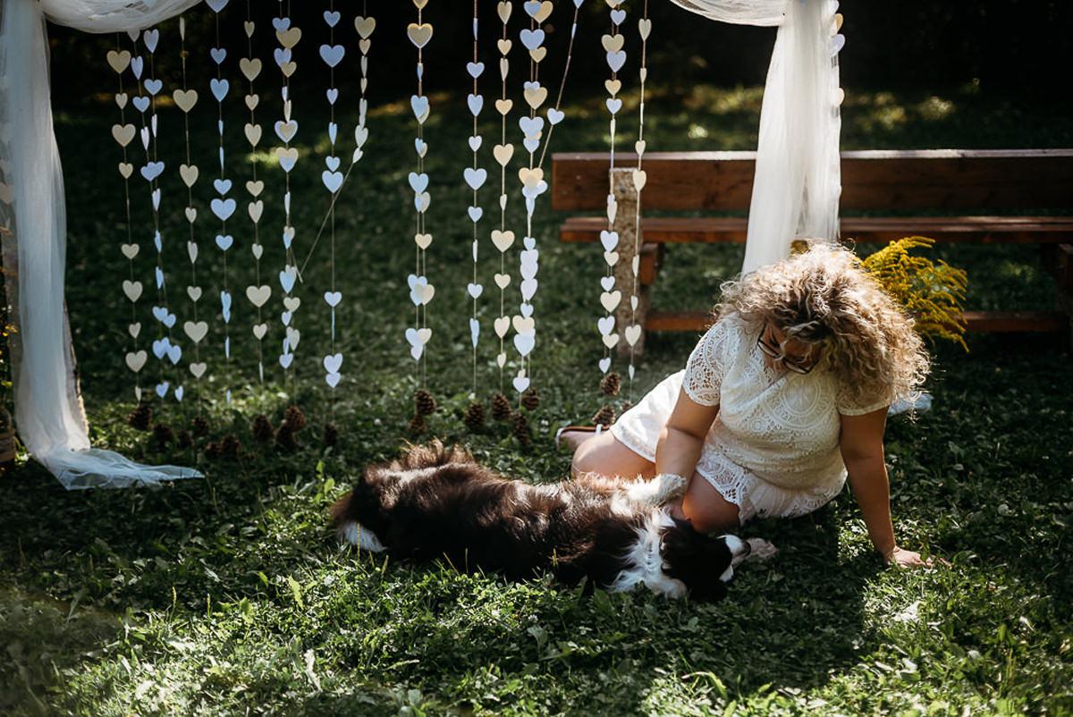 pies na ślubie w plenerze
