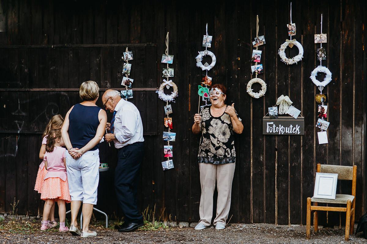 fotobudka na przyjęciu ślubnym w plenerze